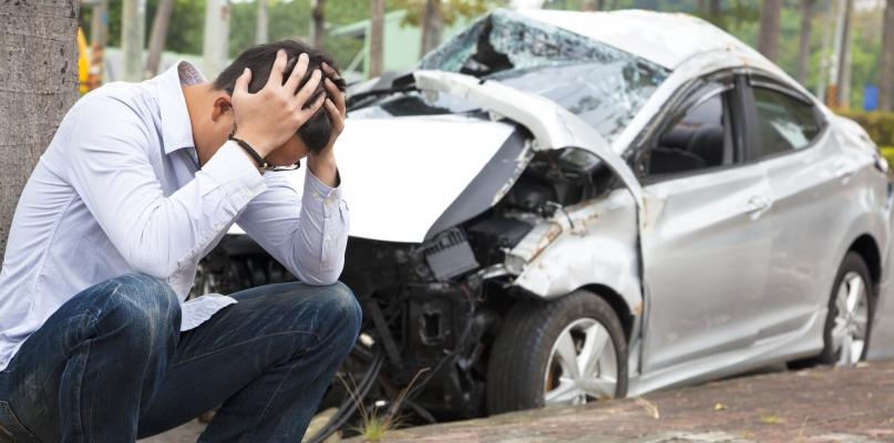 Groźny wypadek. Kierowca wyprzedzał na trzeciego - Zdjęcie główne