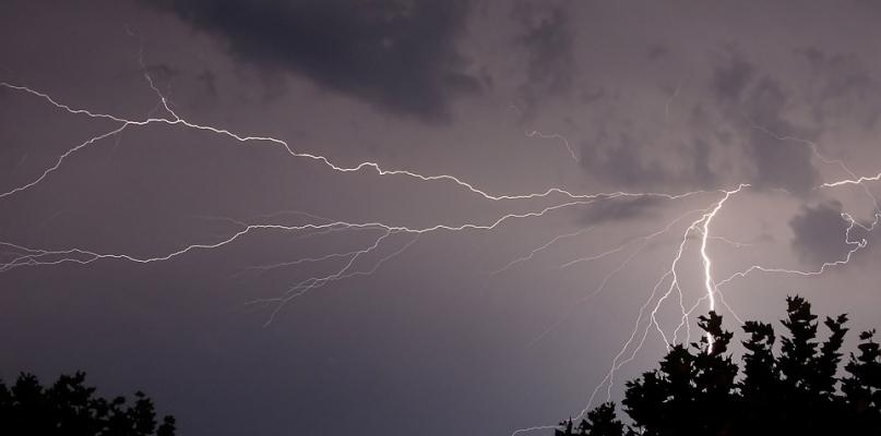 Jest ostrzeżenie o gwałtownych burzach z gradem  - Zdjęcie główne