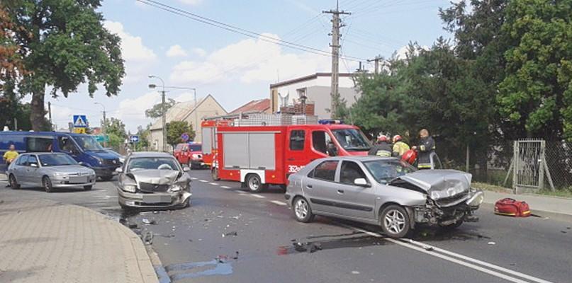 Zderzenie czterech samochodów. Dwie osoby poszkodowane - Zdjęcie główne
