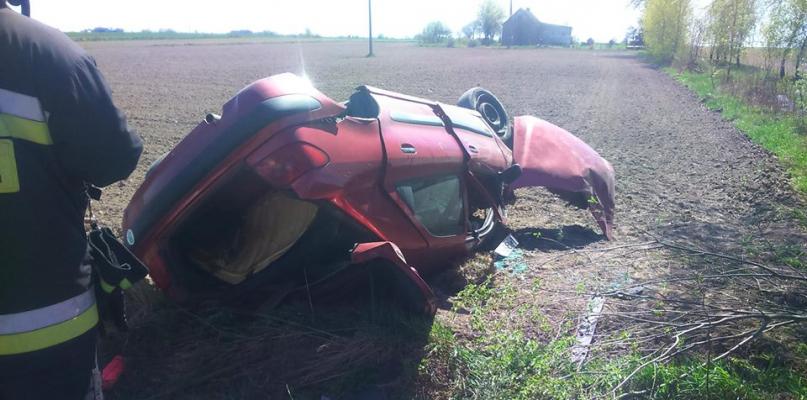 Dachowanie auta. Jedna osoba poszkodowana - Zdjęcie główne