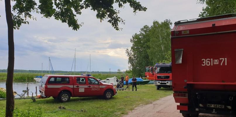 Wywróciła się żaglówka na jeziorze. Strażacy odpowiadali za akcję ratunkową - Zdjęcie główne