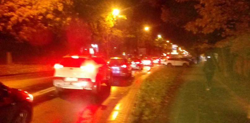 Gigantyczne korki wokół cmentarzy, autobusy mają opóźnienia. Komunalny otwarty dłużej  - Zdjęcie główne