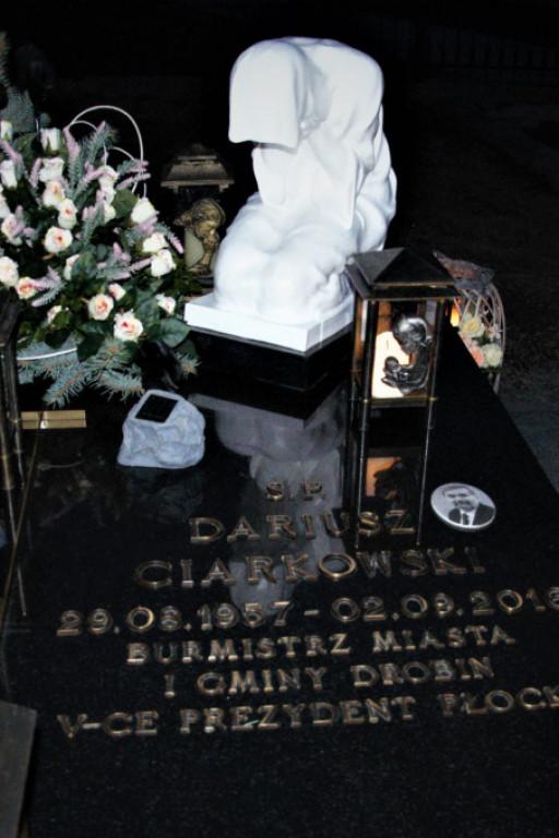Cmentarze wieczorową porą - Zdjęcie główne