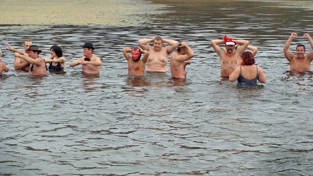 Zimno, szaroburo, a oni do wody! [FOTO] - Zdjęcie główne