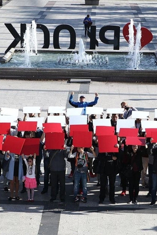 Ułożyli żywą flagę na Starym Rynku - Zdjęcie główne