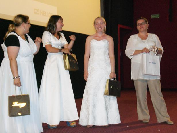 Przyszły do kina w… sukniach ślubnych - Zdjęcie główne