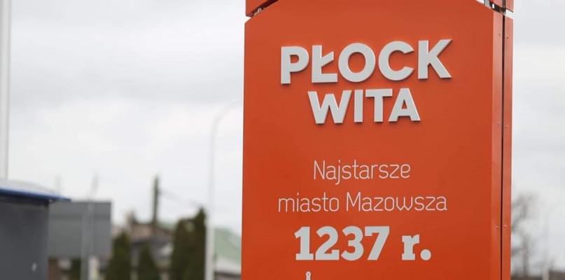 """""""Najstarsze miasto Mazowsza"""" - montują nowe witacze [FOTO] - Zdjęcie główne"""