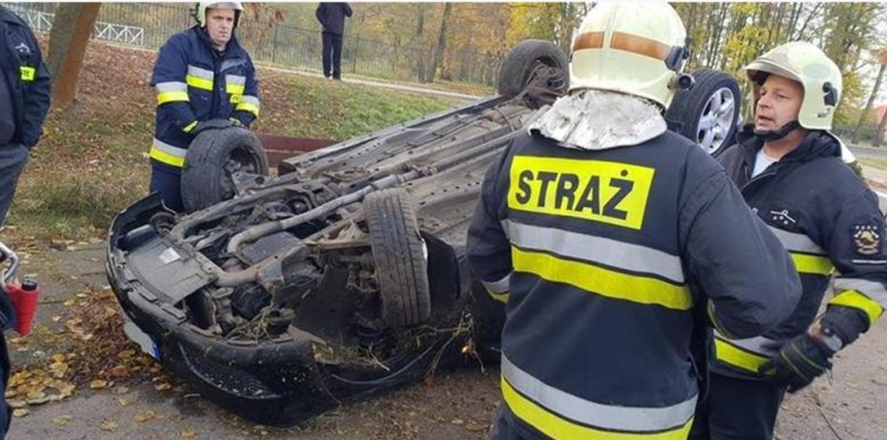 Auto wypadło z drogi i dachowało [FOTO] - Zdjęcie główne