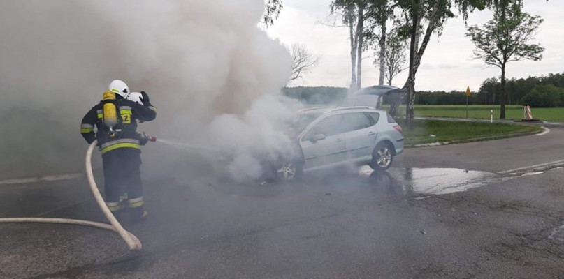 Strażacy gasili płonący samochód - Zdjęcie główne