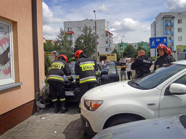 Spory huk - auto wjechało w blok [FOTO] - Zdjęcie główne