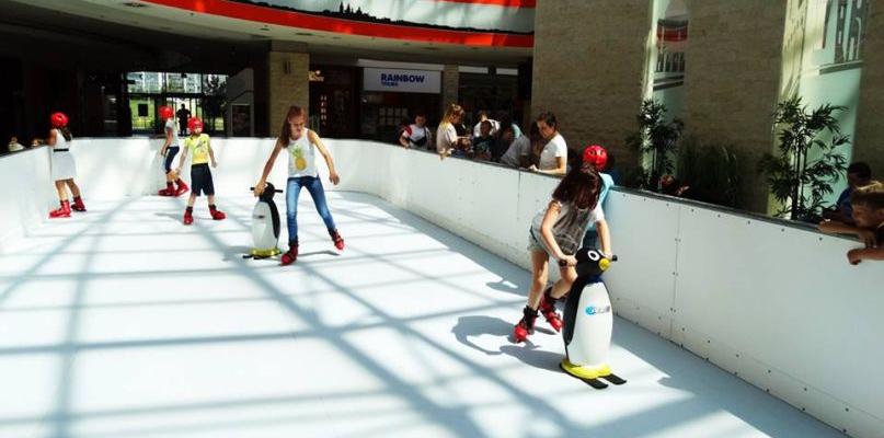 Lato w pełni, a w galerii jeżdżą na łyżwach na lodowisku! - Zdjęcie główne