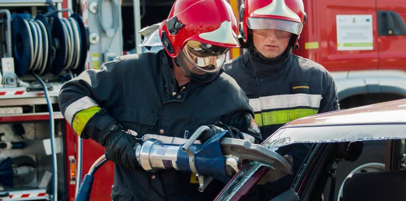 Kierowca z ranami głowy zakleszczony w aucie - Zdjęcie główne