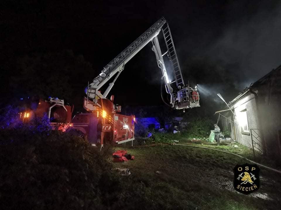 Duży pożar niedaleko Płocka. Płonął dom jednorodzinny [ZDJĘCIA] - Zdjęcie główne