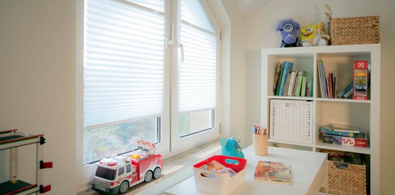 Jak stworzyć komfortowe warunki do nauki, zabawy i wypoczynku? Przesłony okienne w pokoju ucznia - Zdjęcie główne