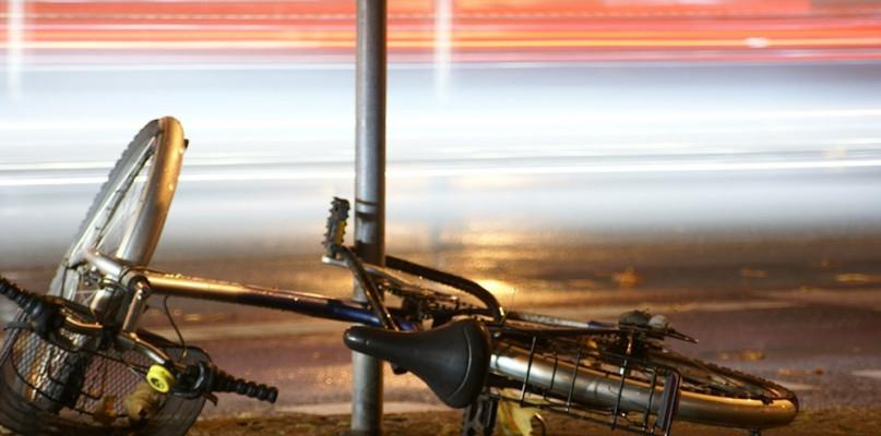 Zderzenie samochodu osobowego z rowerem. Jedna osoba poszkodowana - Zdjęcie główne