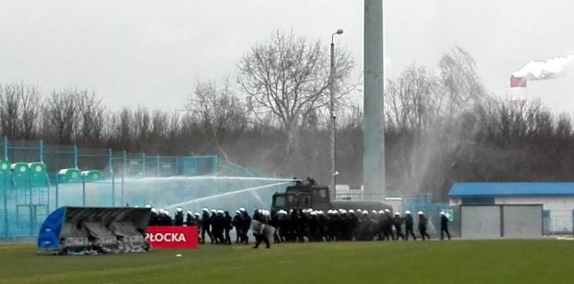Armatka wodna i policjanci na stadionie w Płocku - Zdjęcie główne