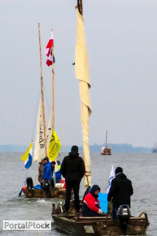 Drewniane łodzie płynęły przez Płock - Zdjęcie główne