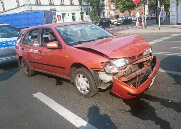 Dwa auta zderzyły się w centrum [FOTO] - Zdjęcie główne
