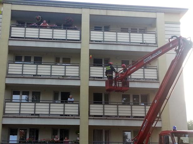 Zaklinował się w oknie. Uratowali go strażacy - Zdjęcie główne