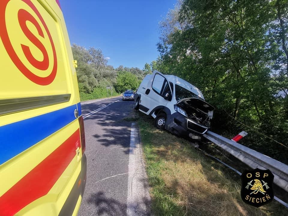 Wypadek niedaleko Płocka. Samochód dostawczy w rowie, kierowca ranny [ZDJĘCIA] - Zdjęcie główne