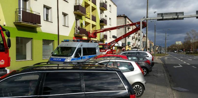 Co robiła policja i straż pożarna pod blokiem w centrum? - Zdjęcie główne
