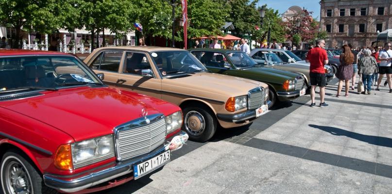 Mnóstwo samochodów zaparkowało przed ratuszem [FOTO] - Zdjęcie główne