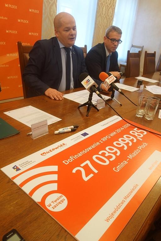 Symboliczny czek na 27 mln zł dla Płocka - Zdjęcie główne
