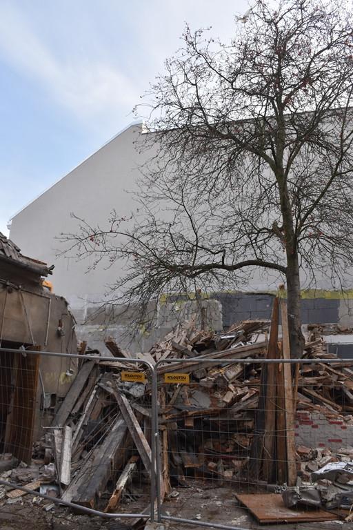 Rozbierają część frontową i oficynę budynku w centrum Płocka - Zdjęcie główne