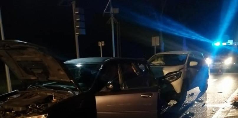 Nocne zderzenie trzech samochodów - Zdjęcie główne