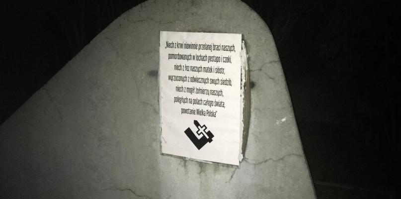 Nieznane osoby podmieniły tablicę na pomniku - Zdjęcie główne