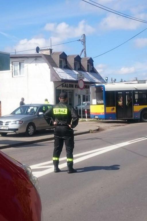 Osobówka zderzyła się z autobusem. Utrudnienia w ruchu - Zdjęcie główne
