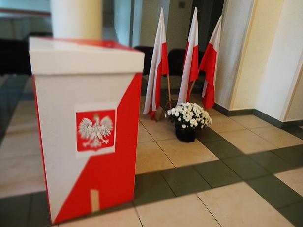 W szkole znaleziono karty do głosowania  - Zdjęcie główne