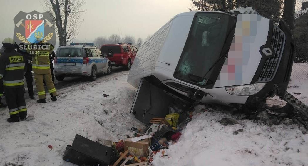 Samochód dostawczy wypadł z drogi. Ranny kierowca [ZDJĘCIA] - Zdjęcie główne