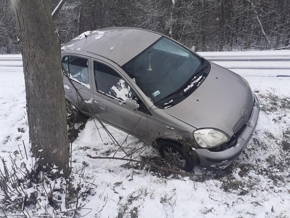 Wypadek w powiecie płockim. Samochód w przydrożnym rowie [ZDJĘCIA] - Zdjęcie główne
