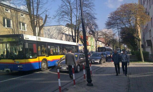 Opel uderzył w autobus. Są ranni [FOTO] - Zdjęcie główne