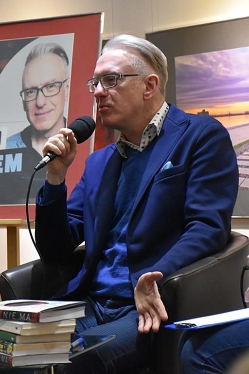 Spotkanie z Mariuszem Szczygłem. Długa kolejka po autografy - Zdjęcie główne
