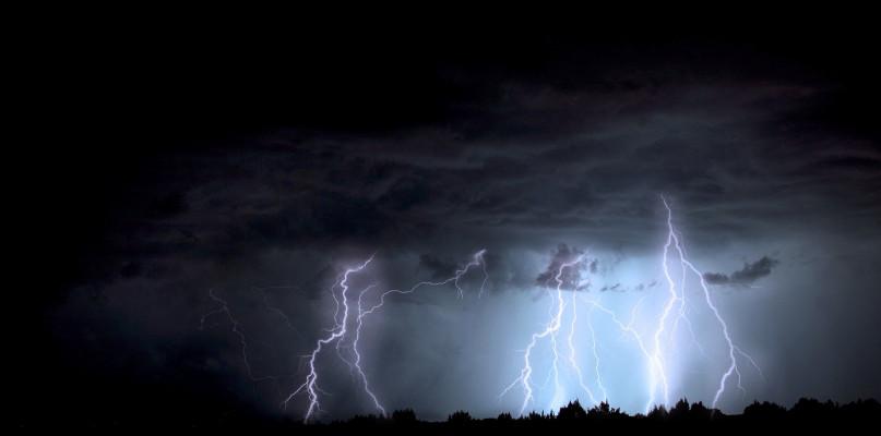 Ostrzegają przed burzami i silnymi opadami deszczu. Lokalnie spadnie grad - Zdjęcie główne