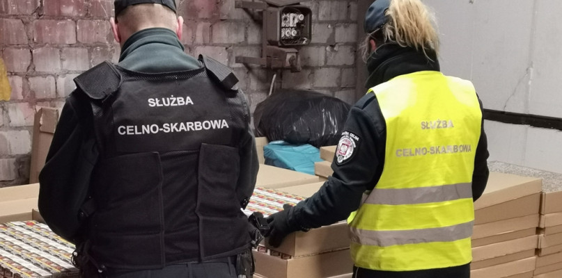 Nielegalny towar i mężczyzna znaleziony w schowku. Akcja funkcjonariuszy w powiecie płockim [FOTO] - Zdjęcie główne