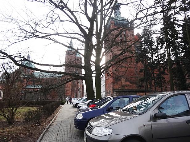 Samowolka pod katedrą. Rozjeżdżają Tumy - Zdjęcie główne