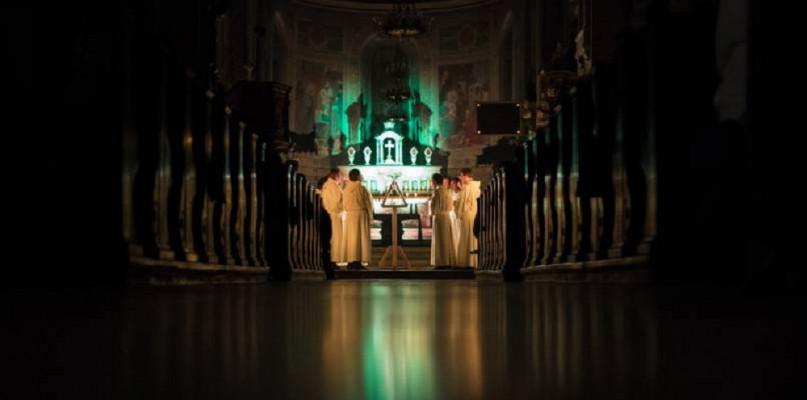 Episkopat wprowadza dyspensę. Są też dodatkowe środki ostrożności w kościołach  - Zdjęcie główne