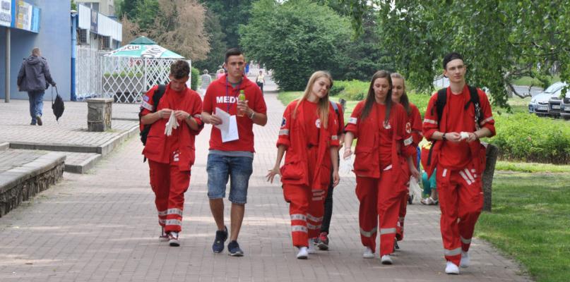 Kilkudziesięciu ratowników medycznych na ulicach  - Zdjęcie główne