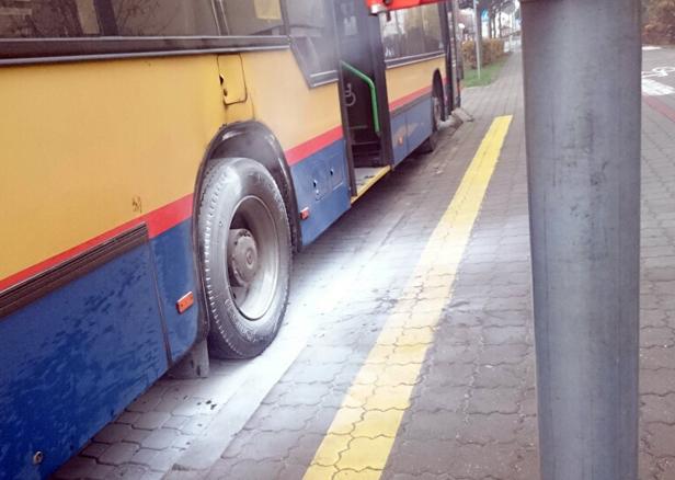 Autobus w kłębach dymu [FOTO] - Zdjęcie główne