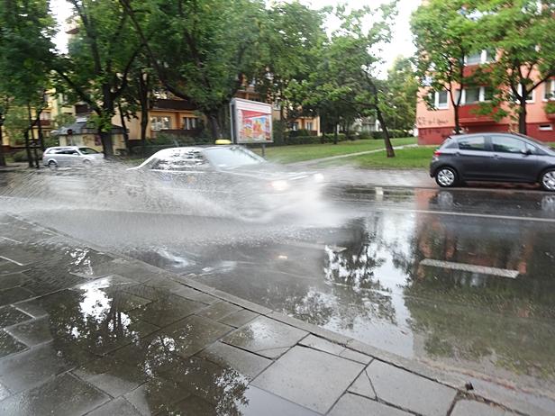 Burza nad Płockiem.Kolegialna zalana[FOTO] - Zdjęcie główne