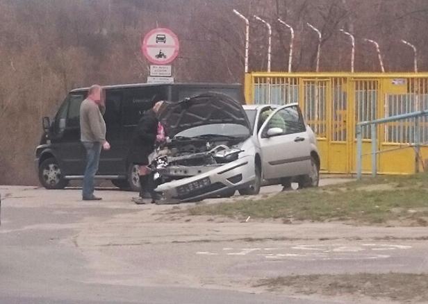 Dwa auta zderzyły się przy stadionie [FOTO] - Zdjęcie główne