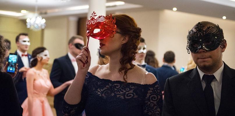 Maturzyści z plastyka odtańczyli poloneza w maskach [FOTO] - Zdjęcie główne