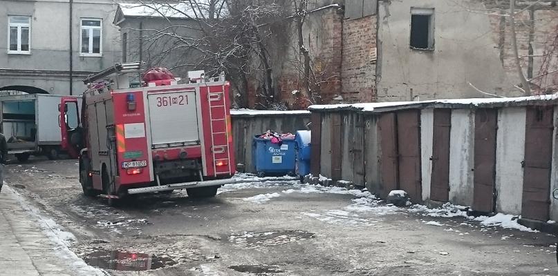 Straż pożarna przy kamienicy w centrum miasta  - Zdjęcie główne