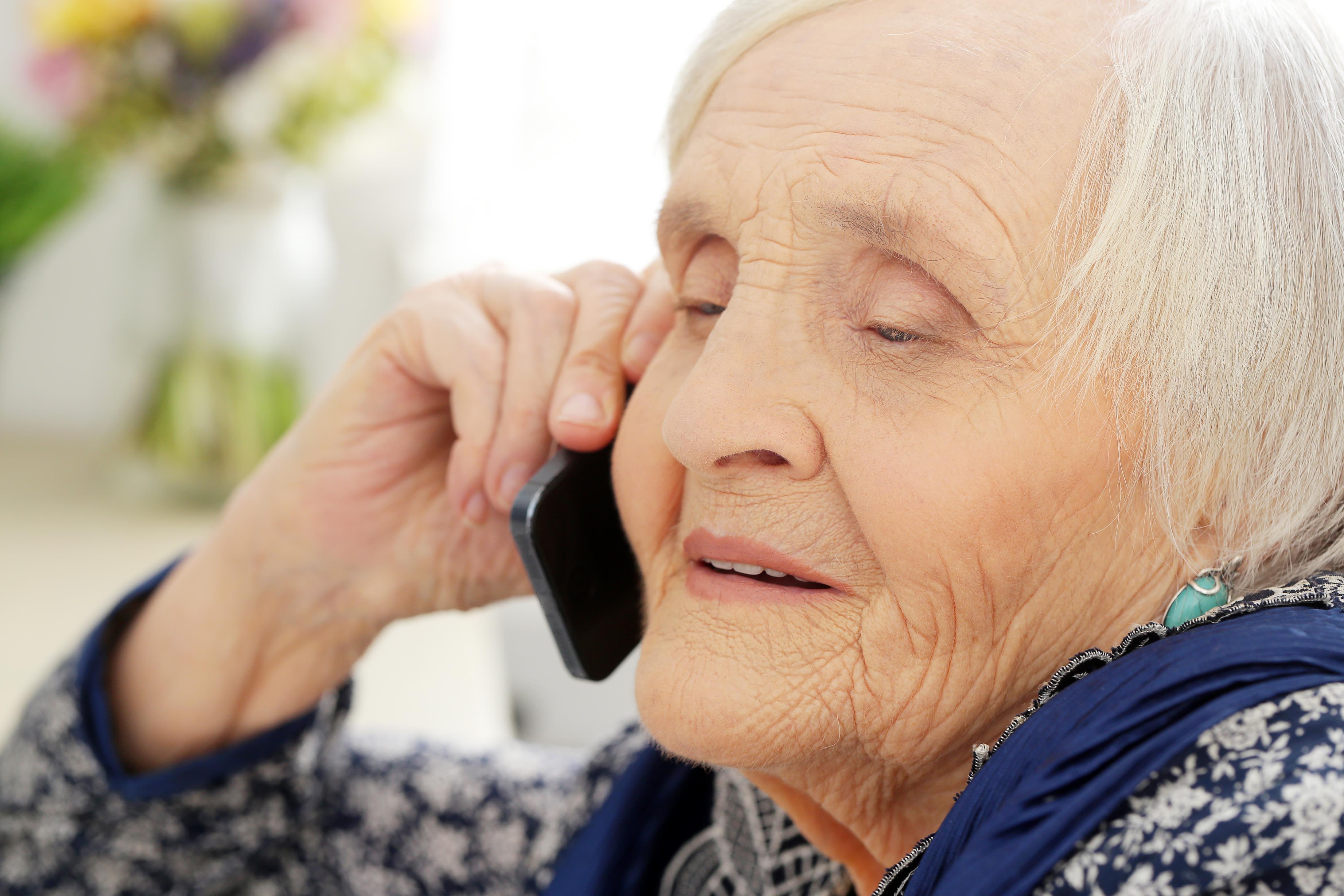 Seniorka wyrzuciła swoje oszczędności przez okno. Kolejna fala oszustw  - Zdjęcie główne