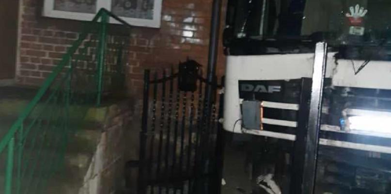 Wypadek koło Płocka. Samochód ciężarowy wjechał w budynek - Zdjęcie główne