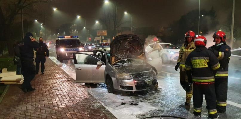 Auto w ogniu w centrum Płocka. Utrudnienia na Jachowicza - Zdjęcie główne