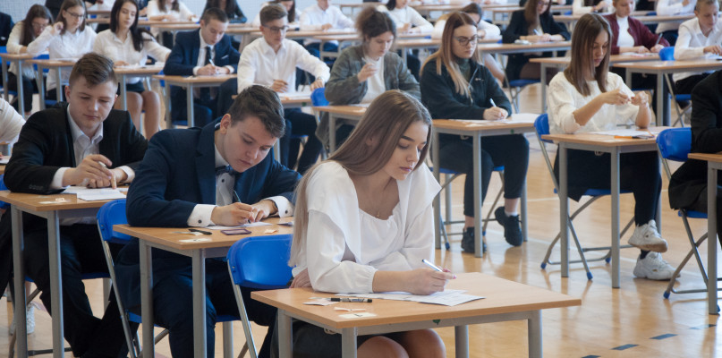 Wszyscy płoccy gimnazjaliści piszą egzamin. - Po naciskach kuratorium egzaminy odbywają się na siłę - Zdjęcie główne
